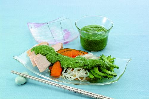 蒸し鶏と野菜のグリーンソース添え